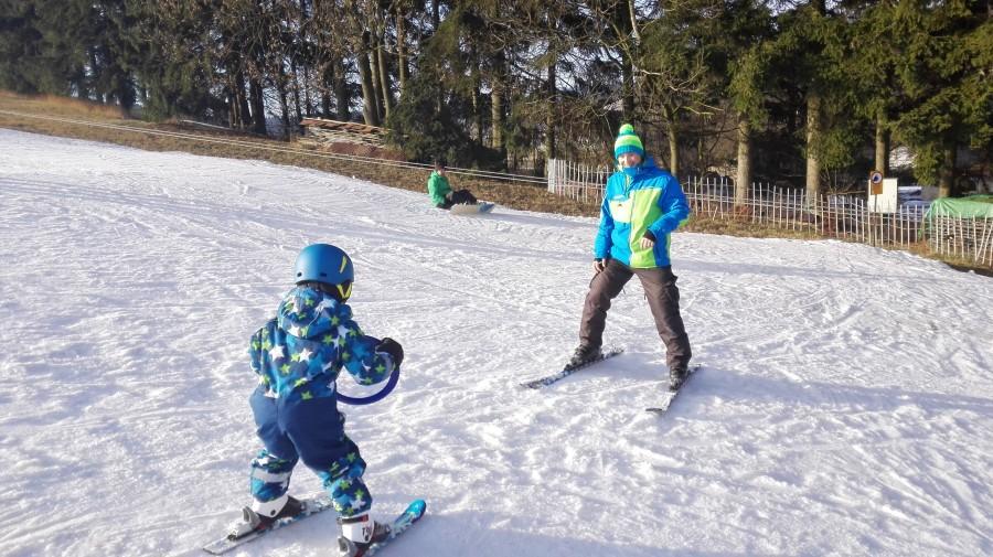 Instruktor Petr a malý lyžař