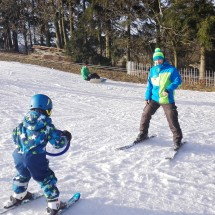 Instruktor Petr s malým lyžařem